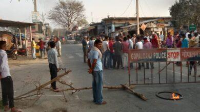 Photo of दो घायलों में से एक की इलाज के क्रम में मौत, गुस्साए परिजनों ने बथुआ बाजार मुख्य पथ को जाम कर किया प्रदर्शन